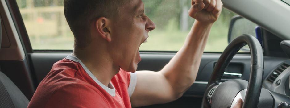 Mann bremst Peugeot aus und schlägt Fahrer mit Faust ins Gesicht