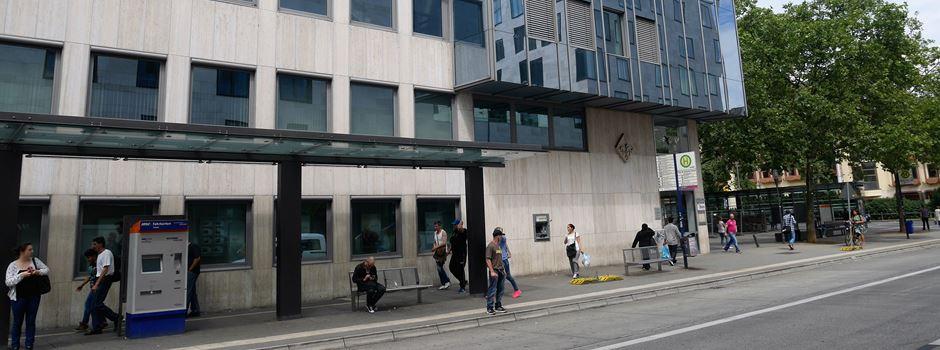 Anklage: Mann an Bushaltestelle mit Verkehrsschild verprügelt