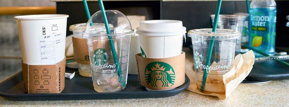 Starbucks verlangt Gebühr für beliebte Pappbecher
