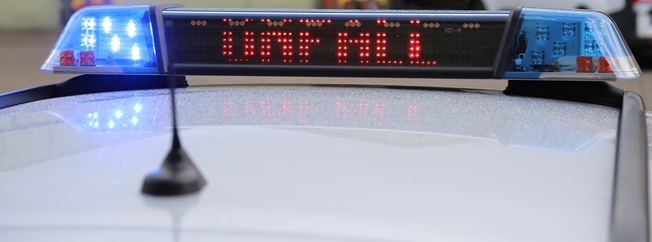 Bus kollidiert mit Pkw - eine Person tödlich verunglückt