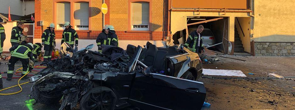 Unfall in Budenheim: Auto kracht in Hauswand