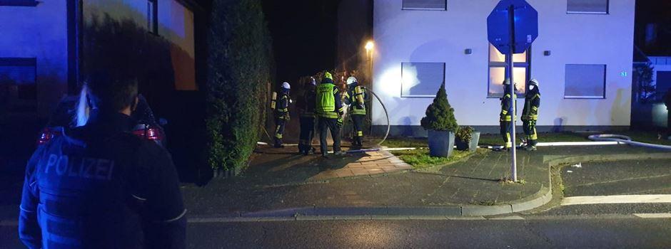 Vier Mülltonnen brennen an Mehrfamilienhaus in Rheidt