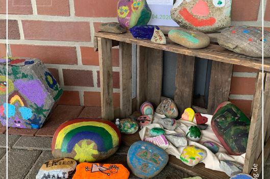 Kinder bemalen Steine für die Bolandschule