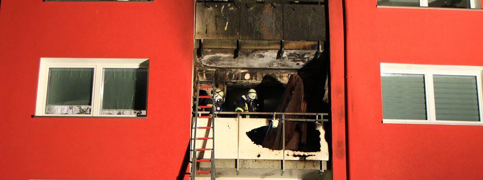 Explosion in Mehrfamilienhaus - Feuerwehrleute retten Hund