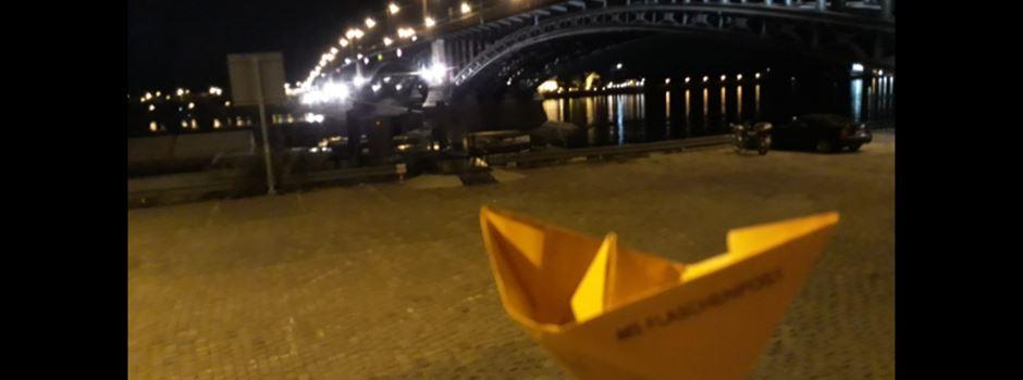 Was hinter den orangefarbenen Papierschiffchen in der Stadt steckt