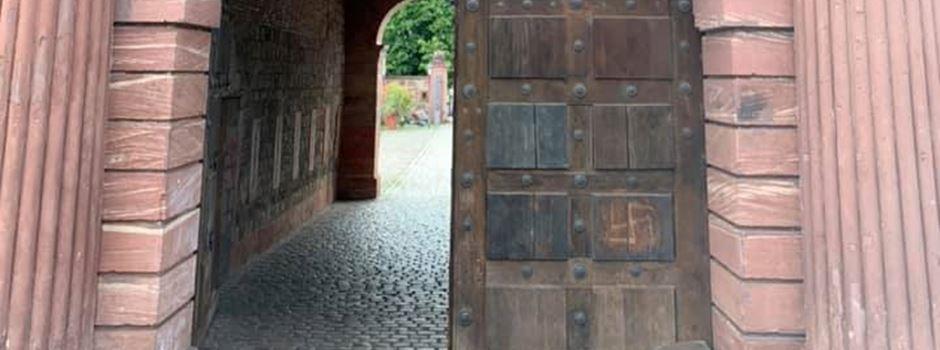 Historisches Tor an der Reduit mit Hakenkreuz beschmiert