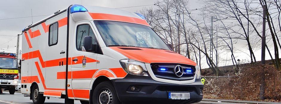 Mann schlägt und tritt zwei Krankenschwestern in Notaufnahme