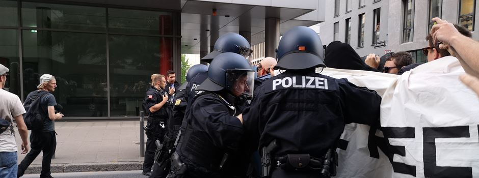 Linke demonstrieren in Frankfurt gegen Rechtsextremismus
