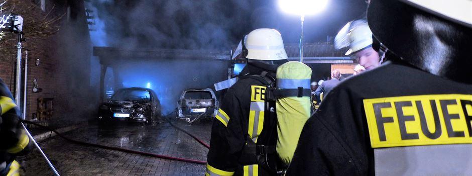 Schon wieder brennen Autos - Feuer greift auf Wohnhaus über