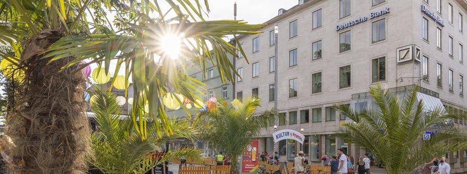 Augsburger Stadtsommer: Strand und Liegestühle am Rathausplatz