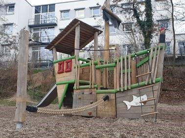 Neues Piratenschiff am Rhein-Spielplatz in Niederkassel Ort