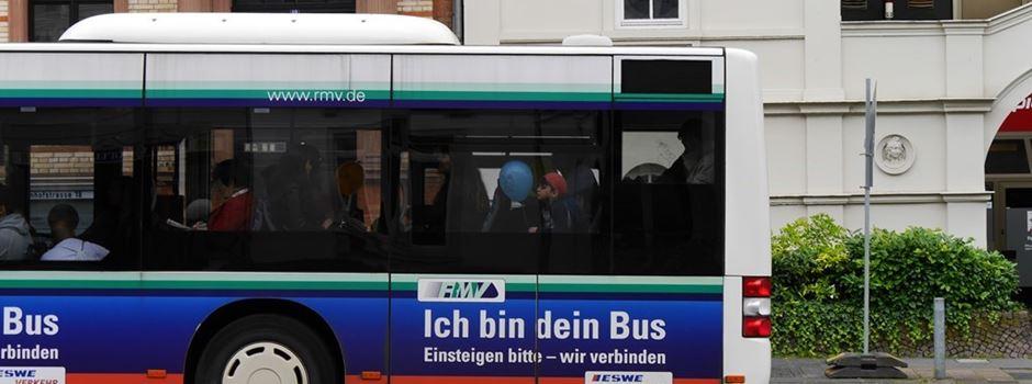 Unbekannter belästigt 28-Jährige an Bushaltestelle