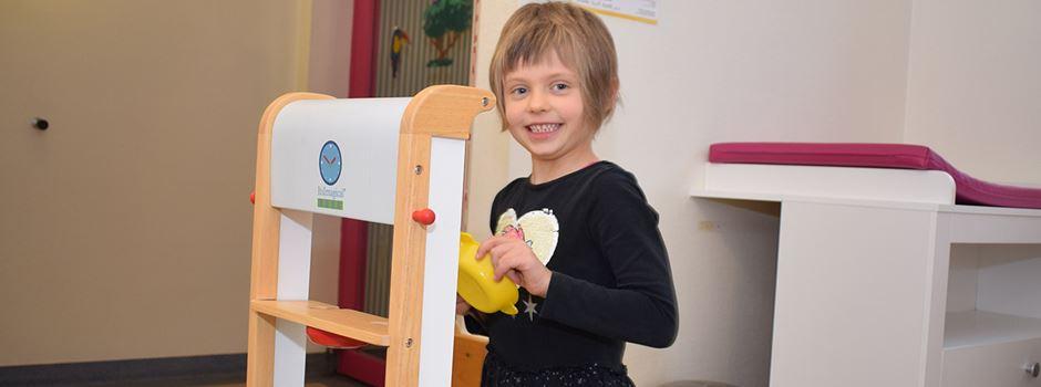 Kleines Mädchen, großes Herz: Fünfjährige spendet ihre Spielküche der Kinderklinik