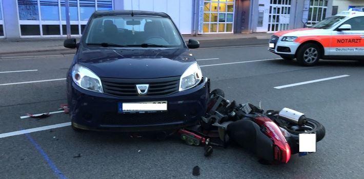 Rollerfahrer (18) bei Unfall schwer verletzt