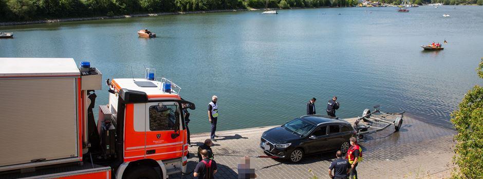 Auto landet am Schiersteiner Hafen im Wasser