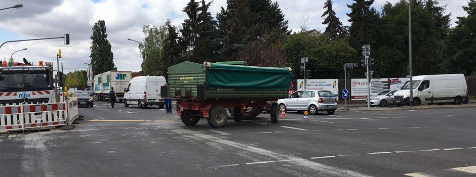 UPDATE: Mehrere Stunden Stau wegen Traktor-Bergung