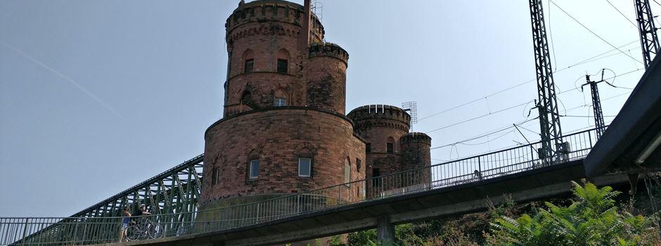 Was befindet sich im Turm in der Nähe der Südbrücke?