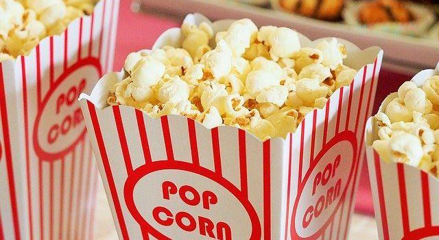 Popcorn, alte Filmplakate und Gutscheine im Liliom
