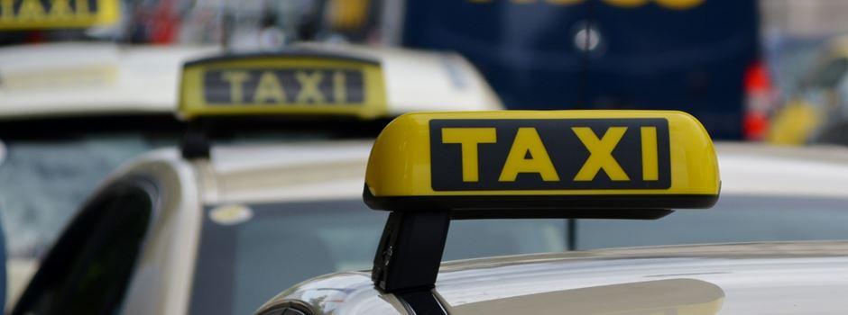 Taxi-Fahrer rammt 21-Jährige von Zebrastreifen