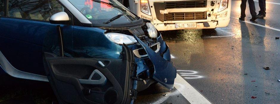 Autofahrer auf B64 lebensgefährlich verletzt