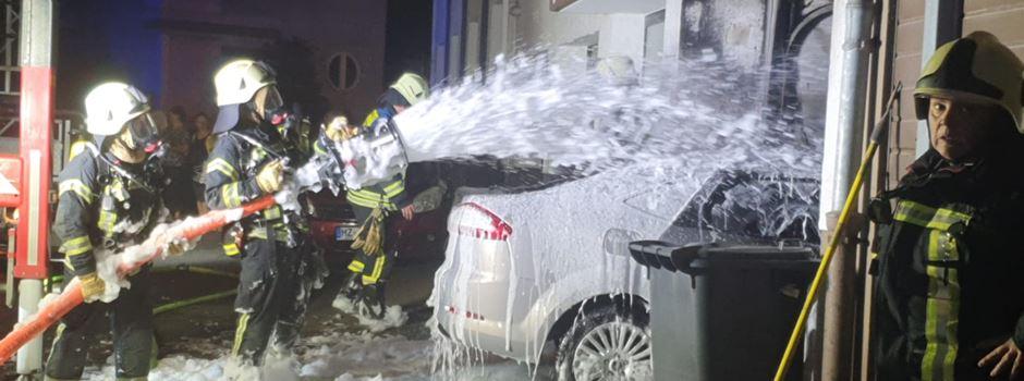 Auto steht in Garage in Flammen