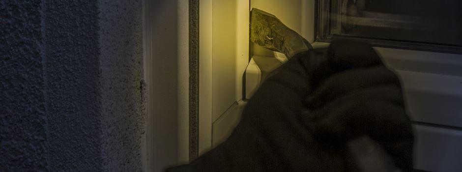 Hausbewohner von Einbrecher mit Pistole geschlagen