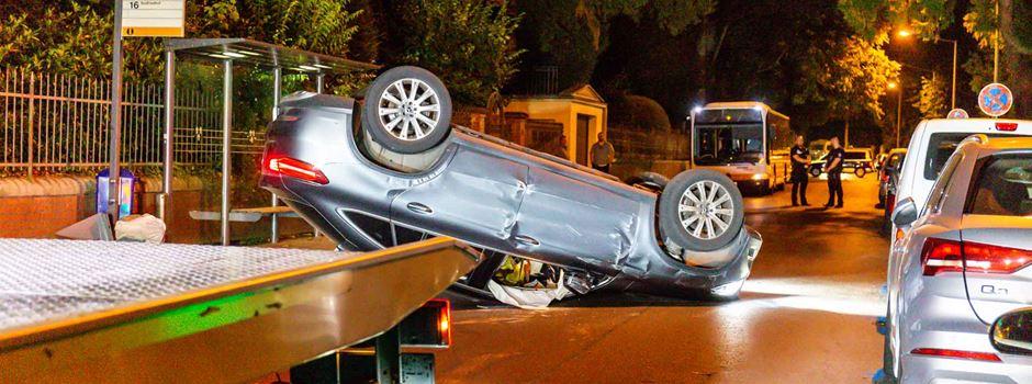 Auto schleudert auf Dach: Zwei Verletzte in Wiesbaden