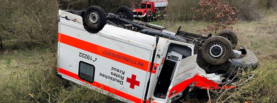 Rettungswagen verunglückt auf Weg zum Einsatz