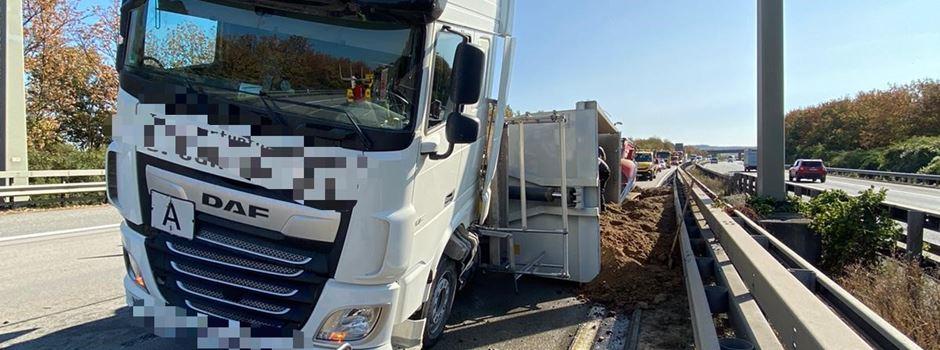 Lkw umgekippt - 20 Tonnen Sand auf Autobahn