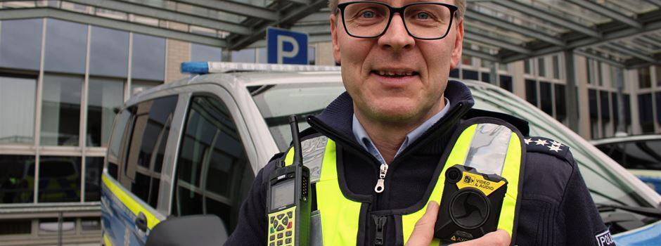 Polizistinnen und Polizisten im Kreis Gütersloh tragen Bodycams