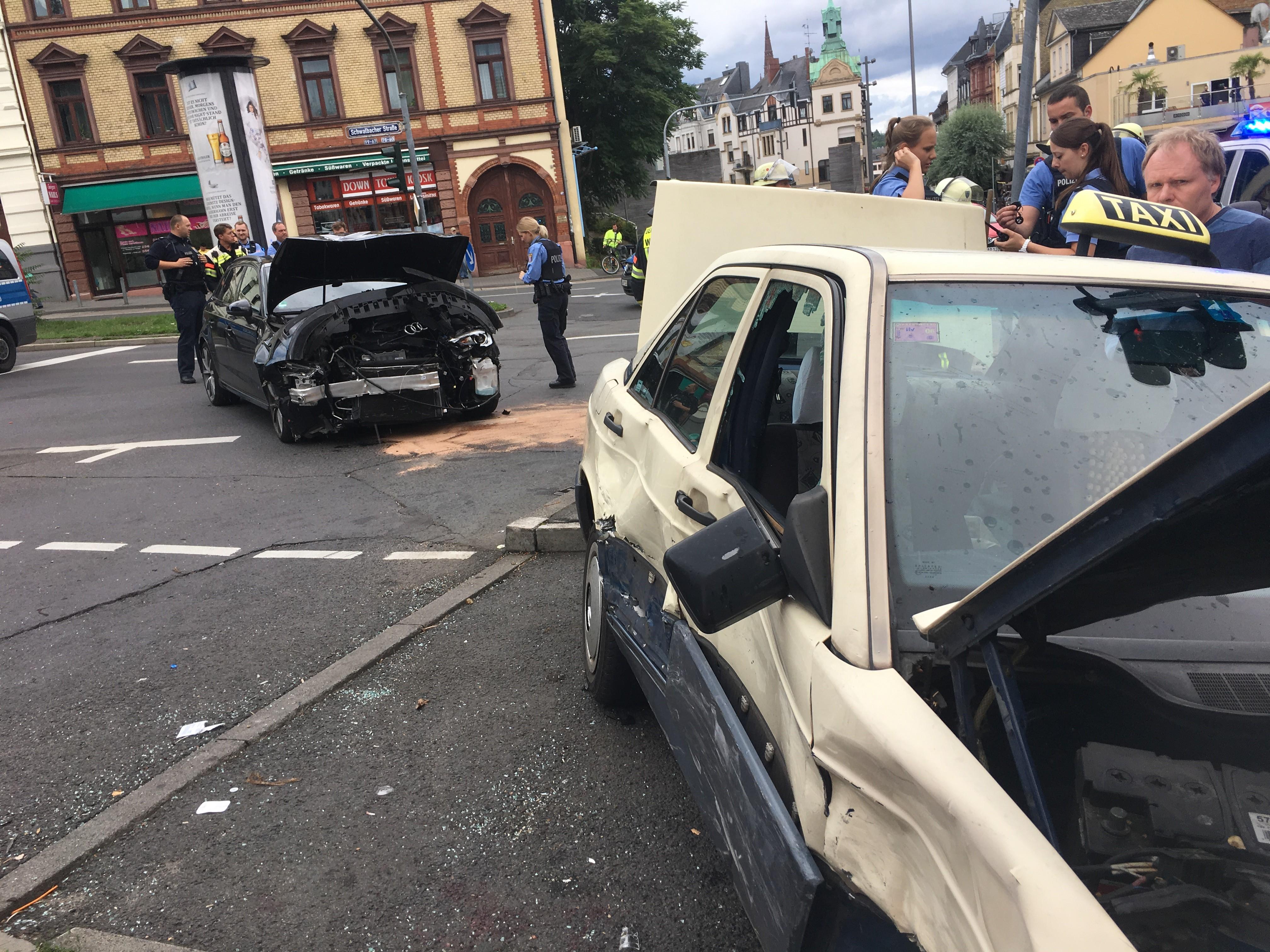 Taxi schleudert in Fußgänger