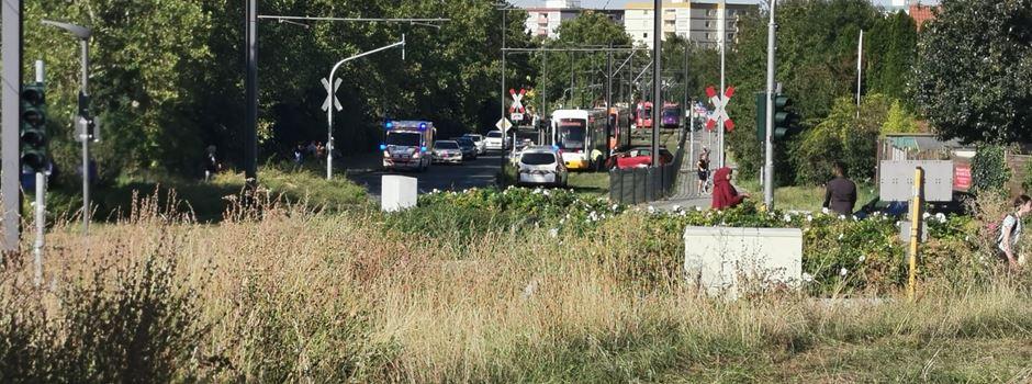 Straßenbahn kollidiert mit Auto