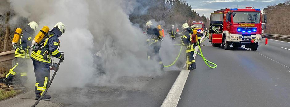 Pkw gerät auf der A7 in Flammen