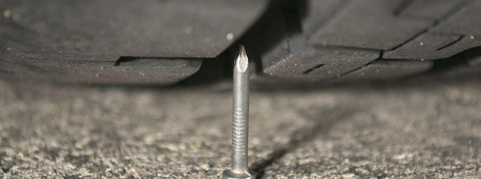 Unbekannter wirft absichtlich Nägel vor fahrendes Auto