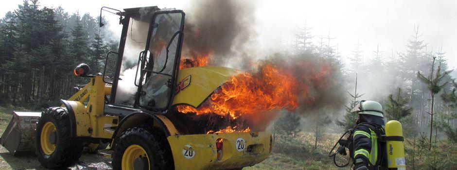 Brennender Radlader im Wald bei Brock