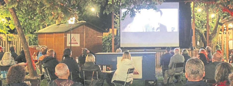 Live-Programm und Film im Biergarten