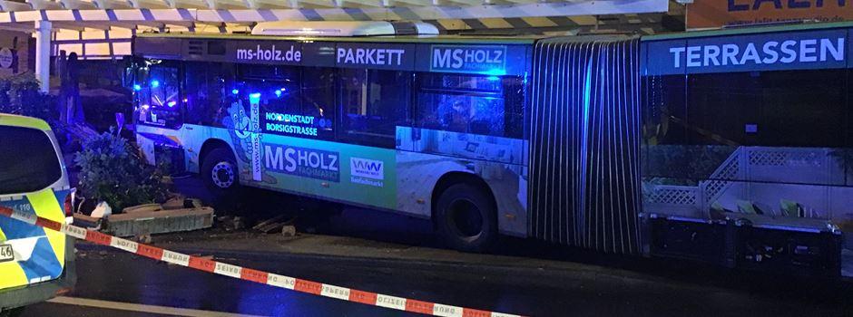 Wiesbaden: Fahrerloser Bus kracht in Restaurant
