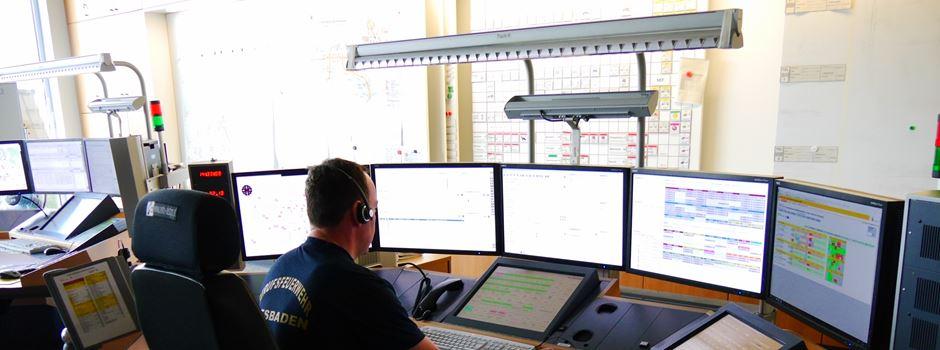So funktioniert die Notrufzentrale der Feuerwehr Wiesbaden