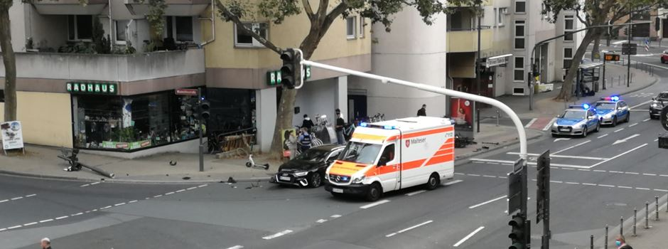 Unfall in der Mainzer Altstadt: Auto kracht in Ampelmast