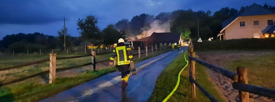 Mehrere 100.000 Euro Schaden - Feuerwehr löscht bis spät in die Nacht