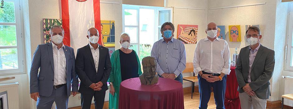 125 Jahre Carl Zuckmayer: Landrätin Schäfer überreicht Büste an Ortsmuseum Nackenheim