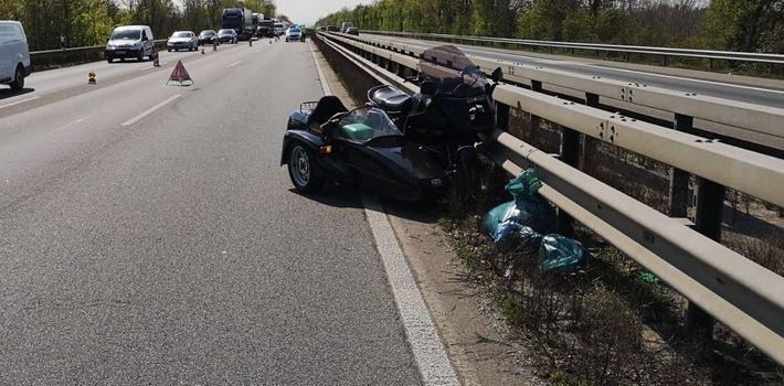 Lkw schneidet Motorradfahrer – Mann (77) schwer verletzt