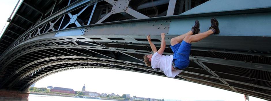 Dieser Sportler klettert an Bauwerken der Stadt