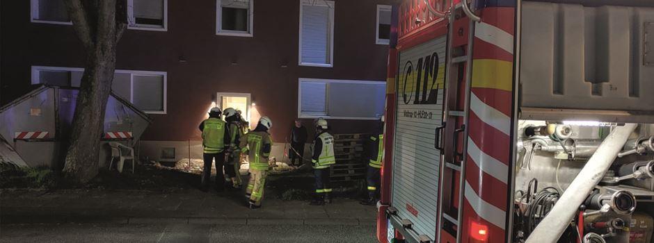 Unrat im Hausflur brennt: Feuerwehr eilt in der Nacht herbei
