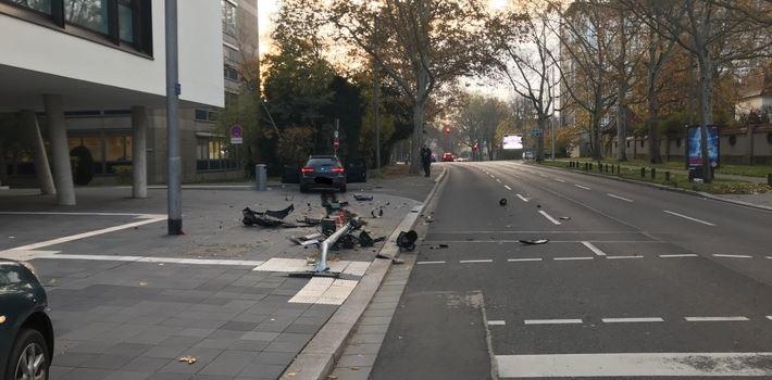 Unfall: Auto kracht in Ampelmast