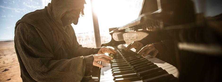 stranger – der maskierte Play me I'm yours Pianist