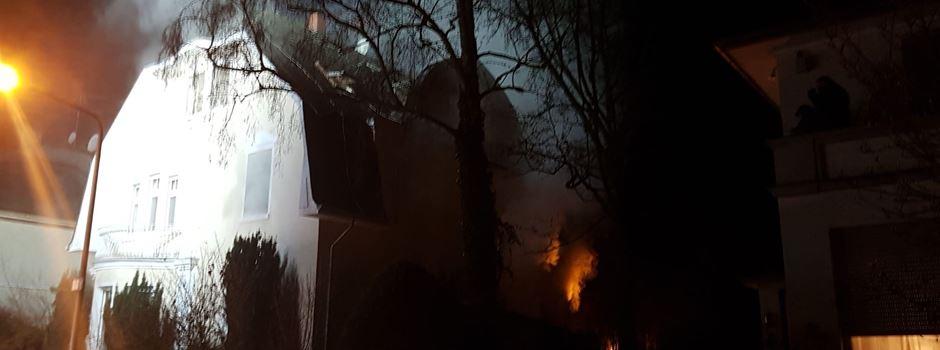 Feuerwehr rettet Bewohner (75) aus brennendem Haus