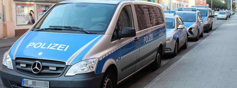 Autofahrer rast in geliehener S-Klasse in ausparkendes Auto