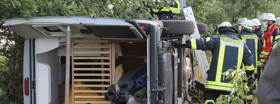 Wohnmobil durchbricht Wildzaun, fällt kleine Bäume und kippt auf die Seite