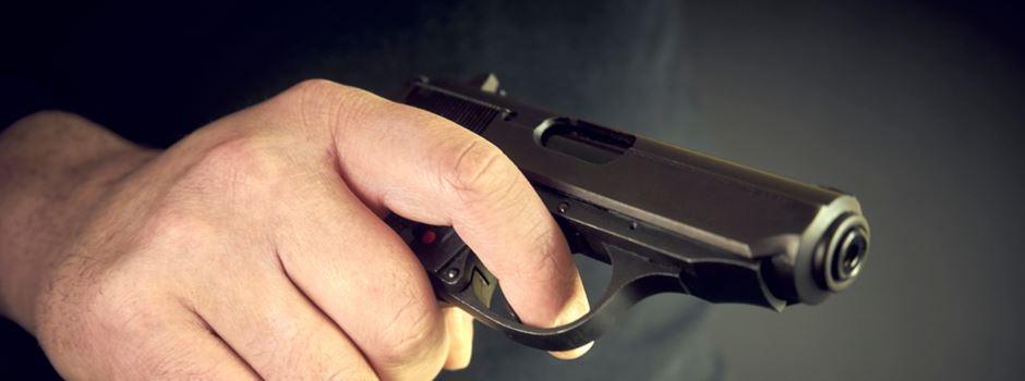 Mann zieht im Streit Waffe
